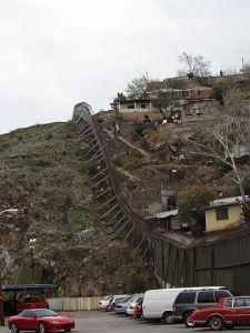 Fronteira entre EUA (esq) e México (dir), na região de Nogales, Estado do Arizona. Crédito: Wikimedia Commons