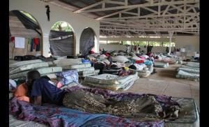 Vista interna do alojamento onde dormem os haitianos. Crédito: Reprodução