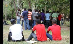Haitianos esperam por uma oportunidade de trabalho. Estadia no Acre pode variar de dias a meses. Crédito: reprodução