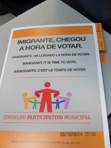 Em quatro idiomas, cartilha distribúída no evento contêm as principais informações sobre a eleição. Crédito: Rodrigo Borges Delfim