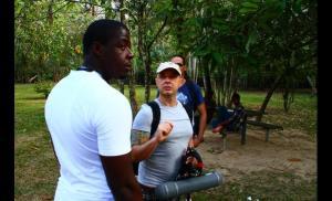 O haitiano Ricardo, que ajudou Damião, ao lado do diretor Rogerio Soares. Crédito: reprodução/ Al Jazeera