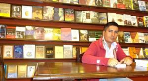 O tradutor Victor Gonzales durante visita a uma livraria em Lima, Peru Crédito: arquivo pessoal