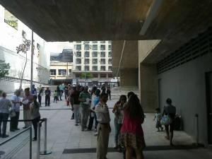 Imigrantes fazem fila para escolherem seus representantes nos Conselhos Participativos. Crédito: Paulo Illes