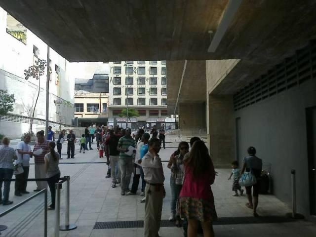 Em 2014, imigrantes fizeram fila para escolher seus representantes nos Conselhos Participativos. Crédito: Paulo Illes