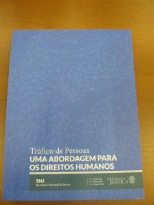 """Capa do livro """"Tráfico de pessoas - uma abordagem para os direitos humanos"""", distribuído no evento e disponível na internet Crédito: Rodrigo Borges Delfim"""