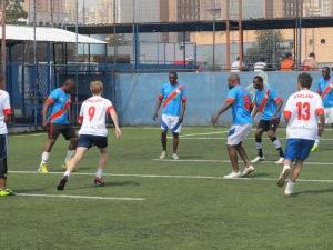 Inglaterra e República Democrática do Congo dão o pontapé inicial para uma das partidas da Copa Gringos. Crédito: Rodrigo Borges Delfim