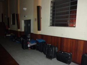 Por falta de espaço, imigrantes são acomodados até no auditório da Missão Paz. Crédito: Missão Paz