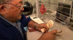 Seu Jorge recebe dinheiro mandado por seus filhos do Japão. Crédito: Divulgação