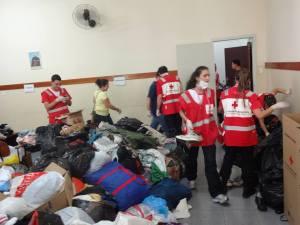 Voluntários da região e da Cruz Vermelha juntaram forças para organizar as doações que chegaram à Missão Paz. Crédito: Víctor Gonzales