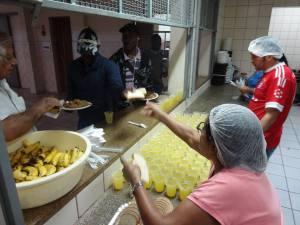 Comunidade peruana mais uma vez serviu o almoço do sábado para os imigrantes e voluntários presentes. Crédito: Víctor Gonzales