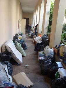 Doações que chegaram à Missão Paz, pouco antes de serem catalogadas e reorganizadas. Crédito: Víctor Gonzales