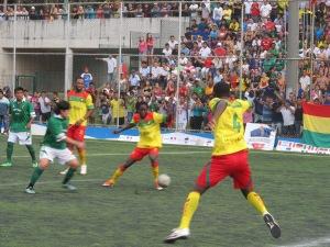 Grande público acompanhou a final da Copa Gringos, entre Camarões e Bolívia. Crédito: Rodrigo Borges Delfim