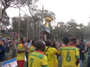 Seleção de Camarões saiu em volta olímpica pelo campo para festejar o título. Crédito: Rodrigo Borges Delfim