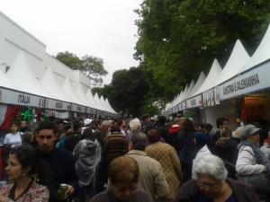Mesmo com o frio e a chuva, filas e fluxos de pessoas se misturavam na Festa do Imigrante. Crédito: Rodrigo Borges Delfim