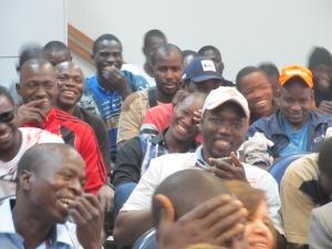 Público presente no encontro ri e se identifica com os problemas retratados na encenação. Crédito: Rodrigo Borges Delfim