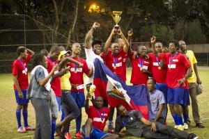 Time do Haiti comemora conquista da Copa do Mundo dos Refugiados, organizada pela Adus. E tem mais jogo de futebol a caminho, desta vez com a Cartias. Renan Carvalhais/Adus