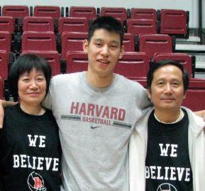 Jeremy Lin com os pais, nascidos em Taiwan. Armador é disputado por China e Taiwan, mas prefere os EUA. Crédito: Divulgação