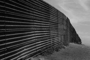Barreira erguida na fronteira México-EUA, entre as cidades de Tijuana e San Diego. Crédito: Tomas Castelazo/Wikimedia Commons