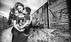 Uma das imagens da campanha Torns Apart, que pede a reforma da imigração nos EUA. Crédito: 2013 Platon/The People's Portfolio for Human Rights Watch