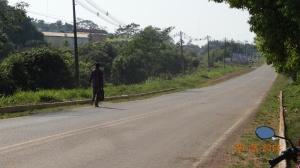 Em estrada, imigrante haitiano tenta chegar a pé a Rio Branco. Crédito: Carlos Portela
