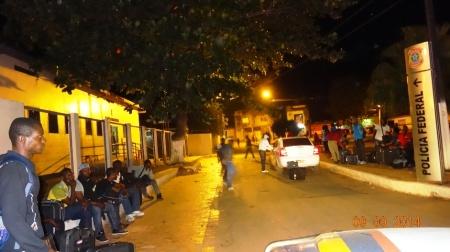 Imigrantes próximos à sede da Polícia Federal, em Epitaciolândia (AC). Crédito: Carlos Portela