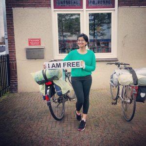 A ativista paquistanesa Momal Mushtag, fundadora do TFT, dando mais uma contribuição à campanha #IamFree. Crédito: The Freedom Traveler