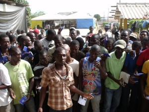 Haitianos aguardam liberação de visto no campo de migrantes de Brasileia (AC), atualmente fechado. Crédito: João Paulo Charleaux/Conectas