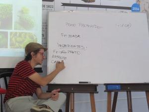 O educador Felipe Bueno, durante aula sobre o Mercado Municipal. Crédito: Rodrigo Borges Delfim