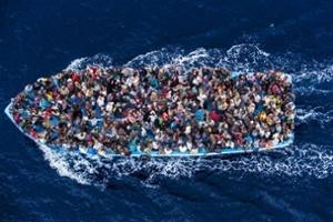 Migrantes continuam se arriscando em travessias pelo mar. Situação que deve continuar em 2015. Crédito: Massimo Sestini/eyevine