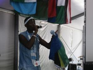 Com bandeira da África do Sul, integrante da tribo Xhosa declama poema. Crédito: Rodrigo Borges Delfim