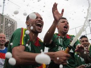 Festa boliviana teve champanhe e volta olímpica. Crédito: Rodrigo Borges Delfim