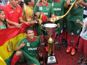Time da Bolívia posa com a taça da Liga Gringos. Crédito: Rodrigo Borges Delfim