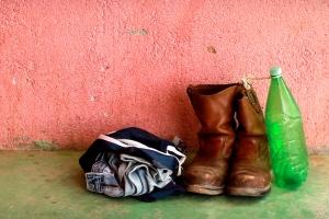 Pertences de um migrante em um abrigo no México, 2010.  Crédito: Marc Silver