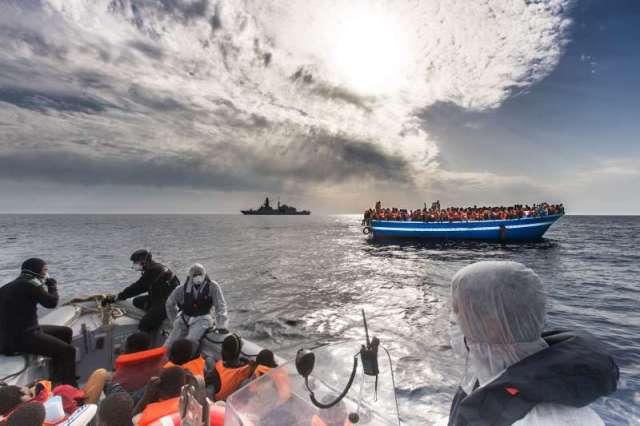 Seja com botes ou navios, imigrantes continuam entregues à própria sorte no mar. Crédito: Mario Sestini/Italian Navy