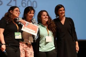 No meio, Monyse Almeida e Dari Santos, idealizadoras da Alinha e vencedoras do SGB 2014. Crédito: Divulgação