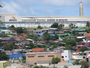 Unidade da Aurora em Chapecó (SC); empresa emprega muitos imigrantes, entre eles haitianos. Crédito: Rodrigo Borges Delfim