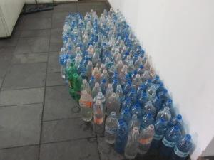 Garrafas e galões guardam a pouca água disponível, que chega por doações. Crédito: Rodrigo Borges Delfim