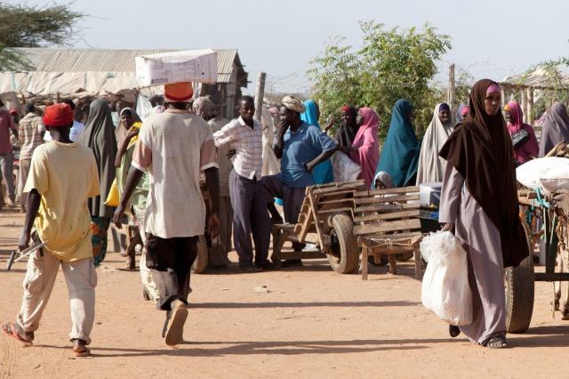 Centro de distribuição de alimentos em Ifo, um dos campos do complexo de Daddab. Crédito: Anna Mayumi/Daddab Stories