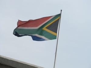 """Bandeira da África do Sul faz alusão ao apelido de """"nação arco-íris"""", mas a teoria anda distante da realidade. Crédito: Rodrigo Borges Delfim"""