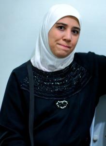 Mulher síria é uma das personagens que já compartilharam histórias pelo Rostos da Migração. Crédito: Rostos da Migração