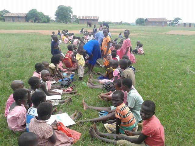 Mesmo de forma improvisada, as aulas são uma forma de ajudar as crianças do campo de refugiados a sonarem com uma vida melhor. Crédito: world Child Care Vision.