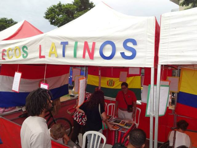 Estande do Ecos Latinos durante a Feria Latina, em São Paulo (18.04.15). Crédito: Víctor Gonzales