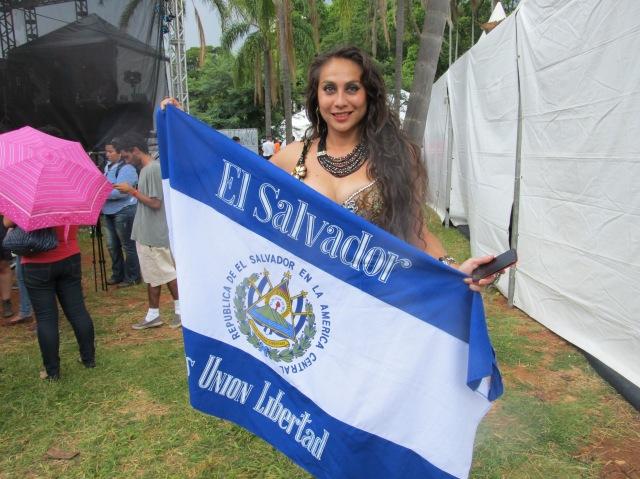 A cantora Celina Castro, com a bandeira de El Salvador, durante a Alasitas 2015. Crédito: Rodrigo Borges Delfim