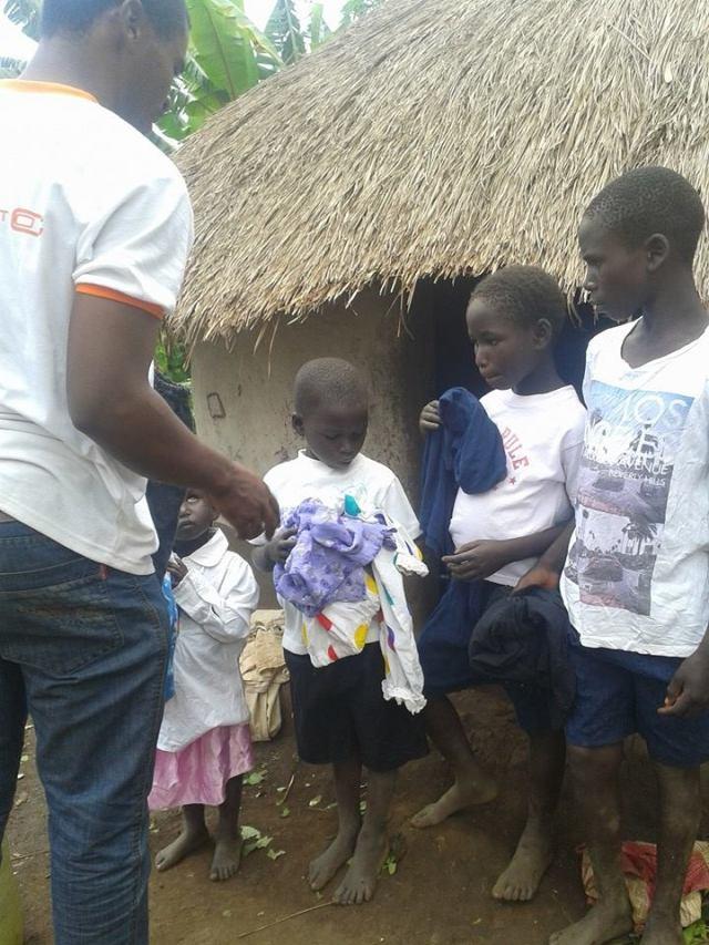Crianças ganharam roupas para assistirem às aulas no campo. Crédito: World Child Care Vision