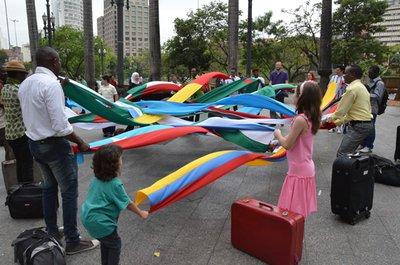 Refugiados apresentam entrelaçam as bandeiras de seus países para o videoclipe. Crédito: Luiz Fernando Godinho/ACNUR