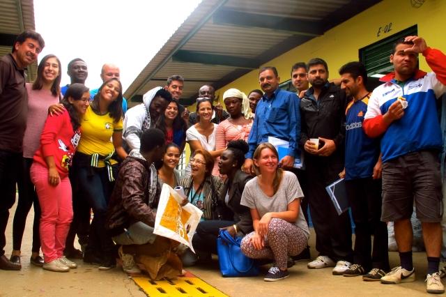 Com colaboração de voluntários do IMDH, os refugiados e imigrantes aprendem as primeiras palavras do português.