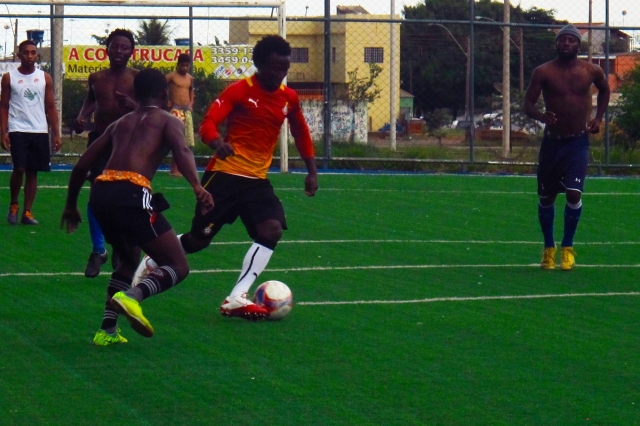 Ganeses aproveitam o sábado para jogar futebol Crédito: Rodrigo Farhat