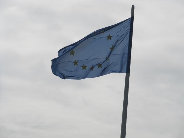 Bandeira da UE em Berlim, Alemanha. Países da UE não conseguem se entender em relação aos migrantes que chegam ao continente. Crédito: Rodrigo Borges Delfim