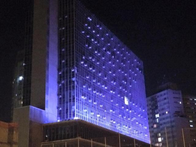 Câmara Municipal de São Paulo é um dos prédios públicos da cidade que ficaram azuis para a campanha contra o tráfico humano. Crédito: Juliana Armede
