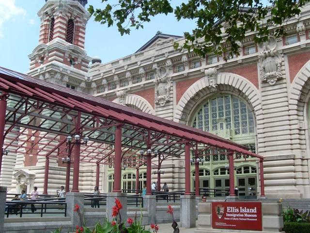 Fachada da antiga hospedaria de Ellis Island, que também virou museu sobre imigração. Crédito: Divulgação